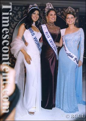 Femina Miss India Universe 2000 Lara Dutta is flanked by Femina Miss India World Priyanka Chopra (Left) and Femina MIss India Asia-Pacific Dia Mirza (right). SN Kulkarni