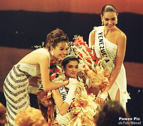 Sushmita Sen posing, with her runners up from Colombia and Venezuela, after winning the crown of Miss Universe 1994
