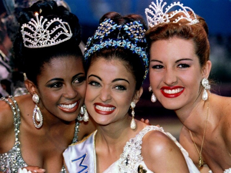 Aishwarya Rai posing, with her runners up from South Africa and Venezuela, after winning Miss World 1994